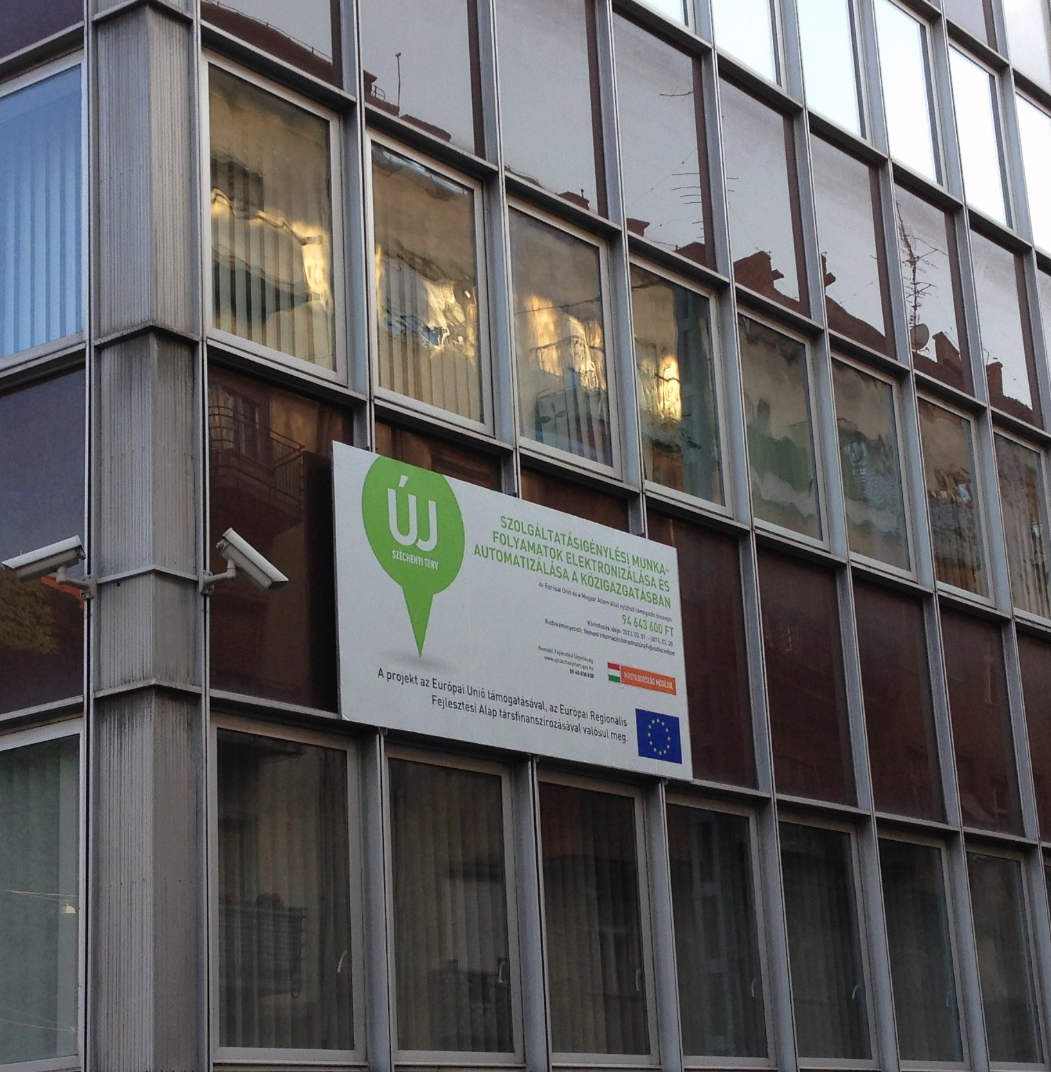 Az NIIF Intézet épületének falán díszeleg a projekt tábla.